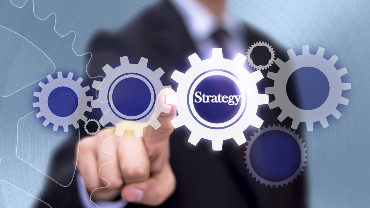 What are the advantages and disadvantages of the strategic leadership style?
